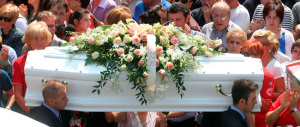 """Un bacio al nostro """"Tato"""": tra lacrime e strazio Motta Visconti ha dato l'addio alle tre bare bianche"""