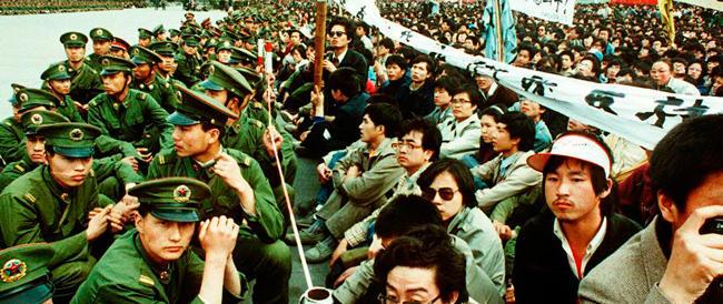 La Cina oscura i 25 anni di Tienanmen. Pechino stretta in una morsa