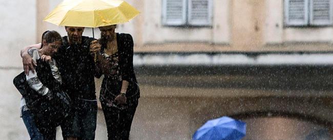 Maltempo a Roma, Gra di nuovo allegato e un uomo rischia di annegare in auto