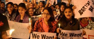 India, una spirale di violenza senza fine: ancora due donne abusate, uccise e impiccate