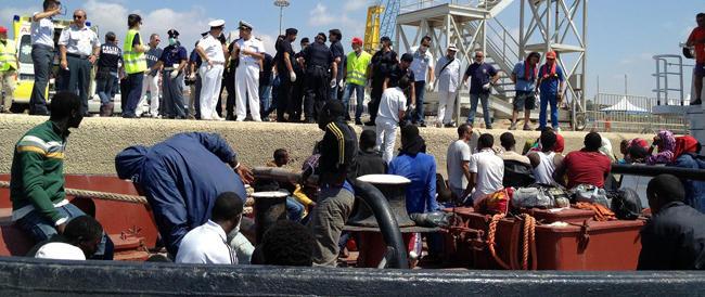 Il grido d'aiuto (e la richiesta di risarcimento) del sindaco di Pozzallo: «Dateci dieci euro per ogni migrante»