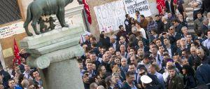 Stipendi, si prepara la «marcia su Roma» dei dipendenti comunali in rivolta contro Marino. Si rischia la paralisi