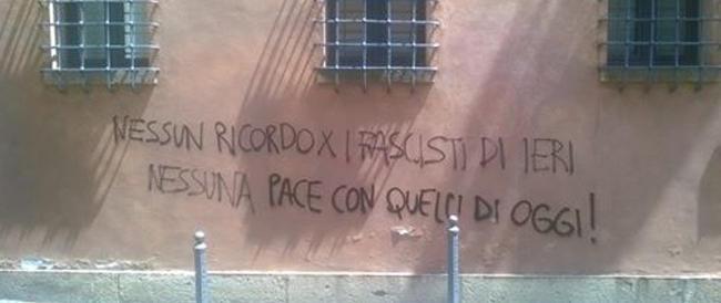 Una scritta oltraggia i caduti missini del 1974, ma non turba la commemorazione: il Comune di Padova la cancella subito