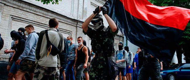 """Ucraina, il governo in difficoltà manda battaglioni """"volontari"""" a combattere contro i filorussi"""
