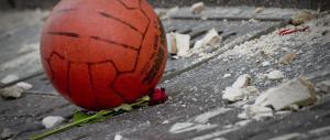 Napoli: crolla un altro cornicione, tragedia sfiorata. De Magistris diserta i funerali di Salvatore