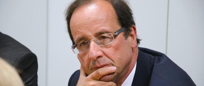 Sulle note della Marsigliese Hollande si becca i fischi e i contestatori finiscono in manette