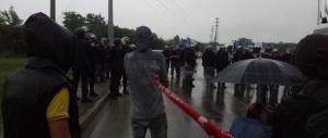 Picchetti all'Ikea di Piacenza, scontri tra manifestanti e carabinieri. Il bilancio è di tre feriti