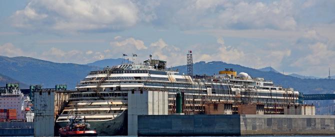 Senza problemi la prima notte della Concordia a Genova. Si cerca l'ultimo cadavere