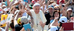 Il Papa visita a sorpresa la mensa vaticana. I lavoratori: «Fra noi come il più umile degli operai»