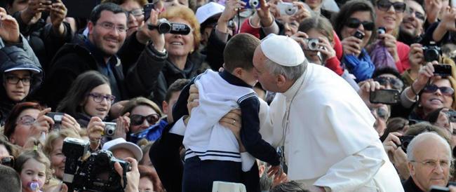 """Dal Papa senza appuntamento: la """"pazza idea"""" di 120 napoletani vittime di una truffa. «Ci aiuti lei, Santità…»"""