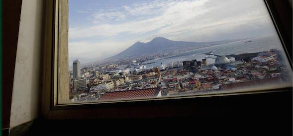 """La Napoli delle """"finestre rotte"""" affonda nell'indifferenza generale"""
