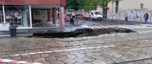 Maltempo, Milano in ginocchio: esonda il Seveso, maxi-voragine al centro della città