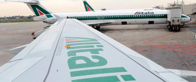 """Alitalia perde oltre mezzo milione di euro al giorno: """"Troppi privilegi"""""""