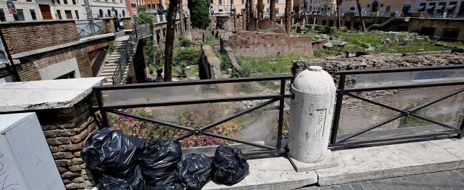 """Scavi di Torre Argentina """"assediati"""" da erbacce e rifiuti. Ecco le foto dell'ultimo scandalo di Roma"""