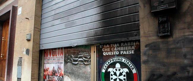 A Bologna tornano gli anni di piombo: l'ultrasinistra attacca la sede di Casapound
