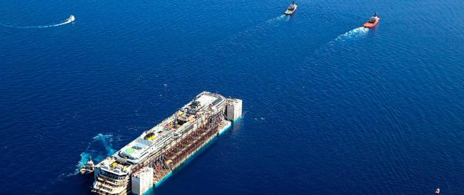 La Concordia torna a solcare il mare. Dopo 900 giorni lascia il luogo della tragedia