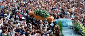 Lacrime e applausi, Asti dà l'addio a Giorgio Faletti: in cinquemila al funerale