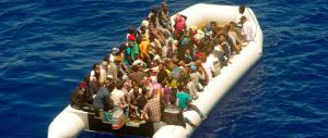 Sos immigrazione, nuova tragedia nel canale di Sicilia: recuperati 5 cadaveri da un gommone semiaffondato