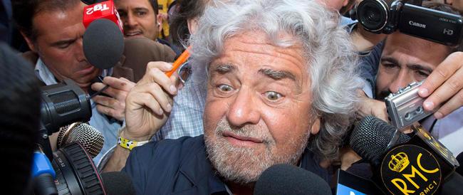 """Grillo prepara le """"guerriglie democratiche"""" contro Renzi: «Non si cambia la Costituzione ad agosto»"""