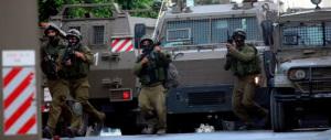 L'ingresso degli israeliani nella Striscia non ferma il lancio di razzi di Hamas: «Gaza sarà la vostra tomba». Il Papa telefona a Peres e Abu Mazen