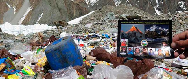Emergenza rifiuti anche sul K2. Le foto di un italiano fanno il giro del web (e accusano un noto alpinista austriaco)