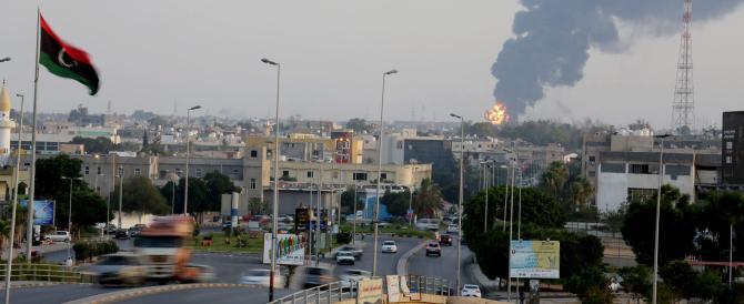 Libia, gli islamisti occupano una caserma delle forze speciali a Bengasi. Prosegue l'esodo dei diplomatici dal Paese