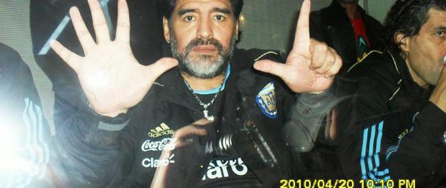 """Tra la foto falsa di Maradona e gli sfottò il web si scatena e il Brasile diventa """"Seleciao"""" (video)"""