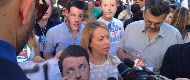 Fratelli d'Italia in piazza contro il Senato modello Renzi. Tutti con la maschera del premier