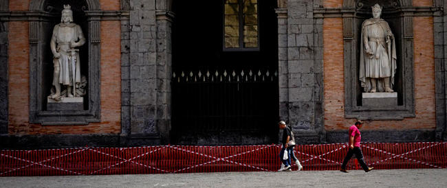 Dopo i crolli De Magistris fa transennare Napoli. Ma i luoghi simbolo della città cadono a pezzi