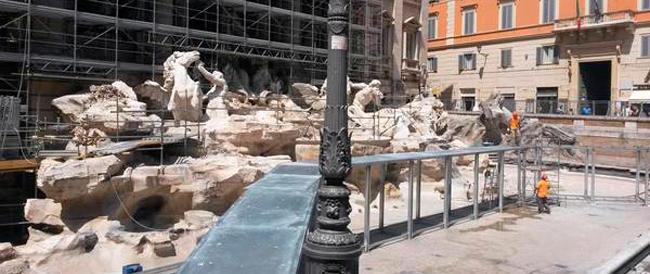 """Nuova tegola su Marino: commercianti del quartiere Trevi in rivolta. Il restauro della fontana fa """"scappare"""" i turisti"""