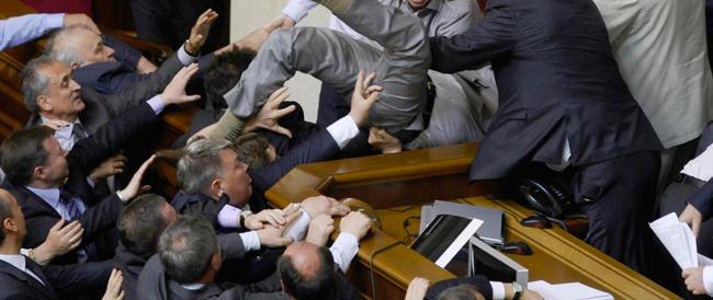 """Basta circo, i questori della Camera chiedono norme """"anti-gazzarra"""" e la Boldrini stilerà un decalogo"""