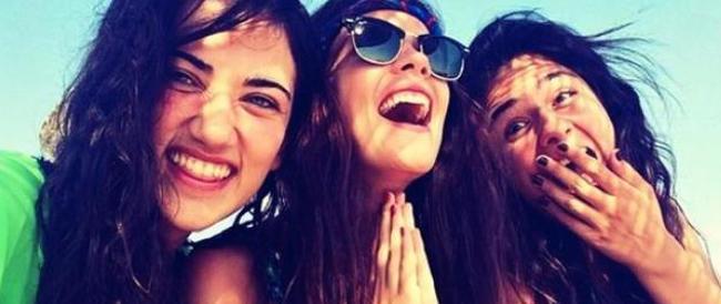 """La """"protesta dei sorrisi"""" delle donne turche contagia il web: un messaggio di sfida per Erdogan"""