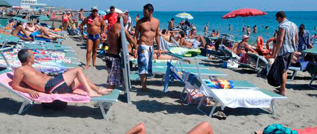 """L'estate """"cambia verso"""". Gli italiani sono ancora in bolletta ma riscoprono le vacanze (tutto merito di Renzi…)"""