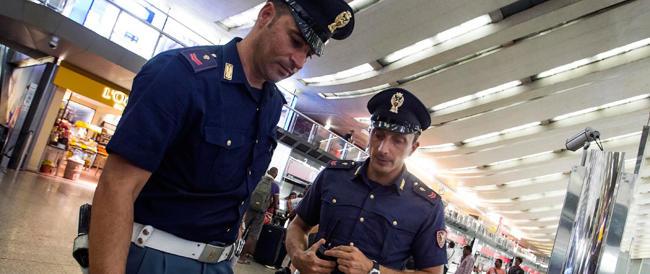 Roma, un immigrato spacciatore aggredisce gli agenti a testate e morsi