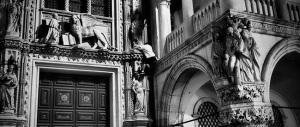 Scala Palazzo Ducale a Venezia. L'ultimo sfregio dei turisti-vandali ai monumenti italiani