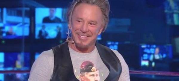 L'attore Mickey Rourke testimonial pro-Putin: a Mosca compra la t-shirt che inneggia al leader russo