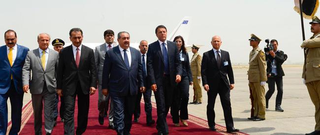 """Renzi in Iraq fa sfoggio di ovvietà. Una visita-lampo per il suo """"book"""" fotografico"""