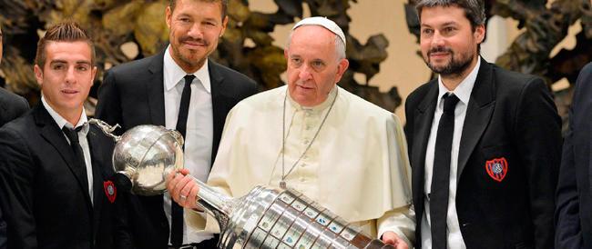 Papa Francesco abbraccia i campioni della sua squadra di calcio: «Siete parte di me»