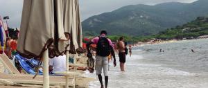 """Maltempo e crisi economica: estate """"nera"""" con un buco di 1,5 miliardi per il turismo"""