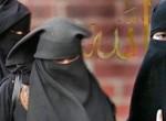 Una donna si presenta con il burqa all'ufficio anagrafe. La sinistra le dà ragione