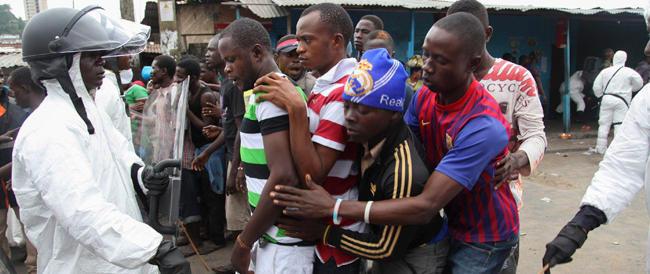 L'Ebola fa strage del personale medico: oltre 120 morti. Mancano i mezzi di protezione
