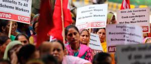 L'India ci vuole dare lezioni di diritto. Ma lì, nelle case, non hanno neppure i bagni…