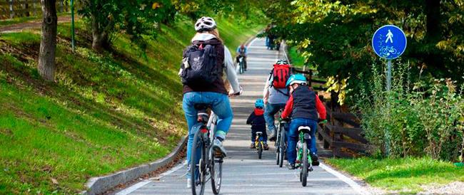 Ciclisti contro il governo: «Incompetenti, da voi solo proclami, andate a lezione all'estero…»