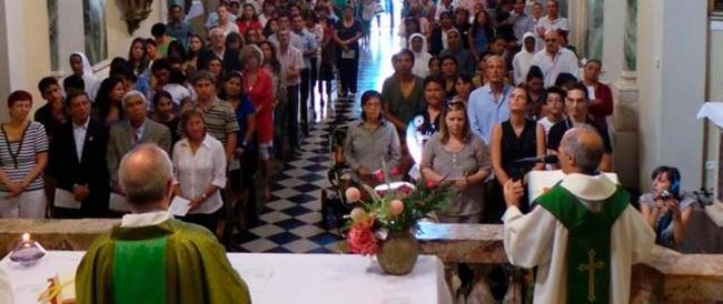 A messa lo scambio del segno della pace sia più sobrio: il Vaticano detta le nuove regole