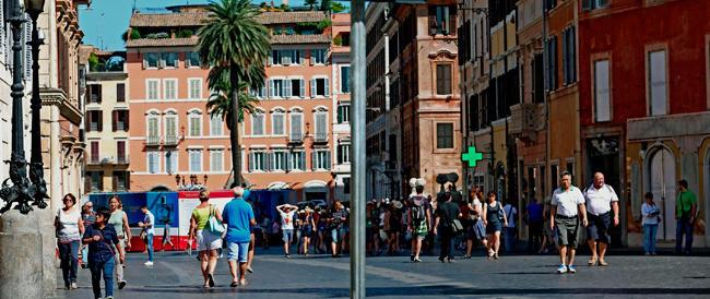 Piazza di Spagna pedonale, ma c'è poco da festeggiare: il salotto della Capitale è insicuro e fuori controllo