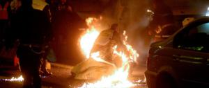 Barista querela i poliziotti che lo salvarono dopo che si era dato fuoco. Il Coisp: «Se è uno scherzo, non fa ridere»…