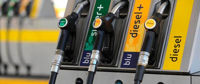 Renzi getta la maschera: ora vuole aumentare le tasse sulla benzina