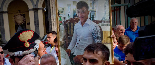 Napoli, l'autopsia conferma la tesi dei familiari: il diciassettenne colpito al petto