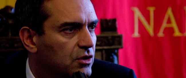 De Magistris, condannato e interdetto dai pubblici uffici, si scopre garantista e non si dimette…