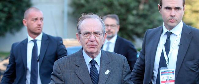 I conti non tornano, Padoan prova a rassicurare la Bce: «Rispetteremo gli impegni sul deficit»